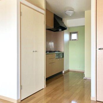 キッチンは奥にちらり。角のところに冷蔵庫が置けそう!隣には収納も◎ (※写真は補修前のものです)
