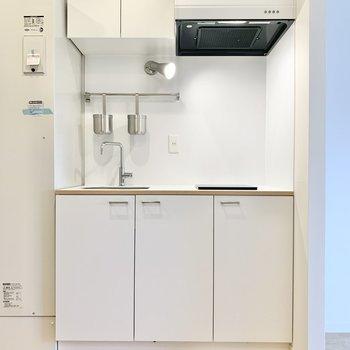 白色のスッキリとしたキッチン。