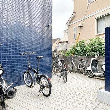 自転車やバイクは1階共用スペースにまばらに止められます。