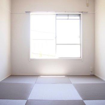 グレーの琉球畳が落ち着いた雰囲気へ。
