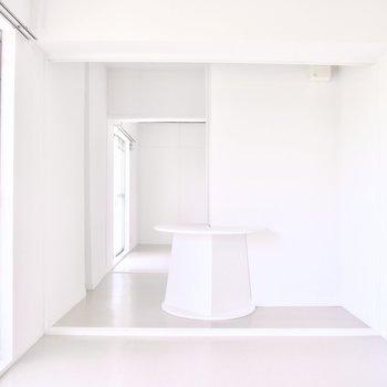この居間から隣のお部屋へ。