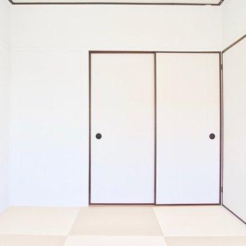 東側の和室と違い、畳の色は少し薄めに明るい印象に。