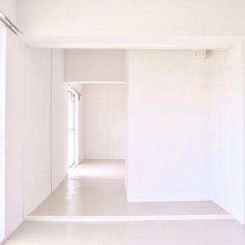 この居間が隣のお部屋を繋ぐ空間。
