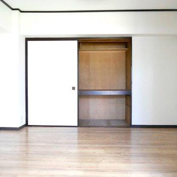 キッチン横の5.5帖の洋室です◎おふとんもたくさん入れれる押入れつき!(※写真は前回募集時のもの)