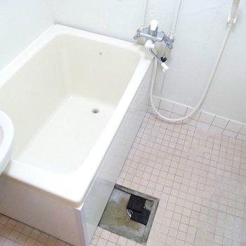 お風呂は少し古めですね。好きなタイルや風呂桶を持ち込んで、あなただけのオリジナルのお風呂スペースをつくっちゃおう〜!(※写真は前回募集時のもの)