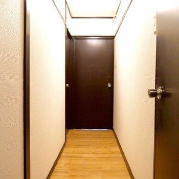 オレンジの床×こげ茶の扉がマッチしててかわいい廊下♪(※写真は前回募集時のもの)