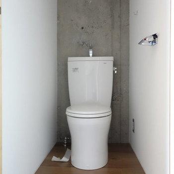 トイレもコンパクトに。※写真は別部屋のものです・206はコンクリではありません