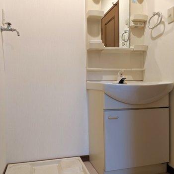 独立洗面台の横に選択パンです。(※写真は清掃前のものです)