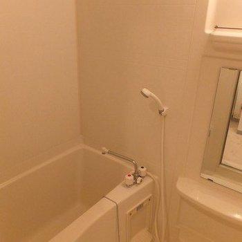 お風呂は普通です。棚があるのがうれしいですね※写真は11階の同間取り別部屋のものです