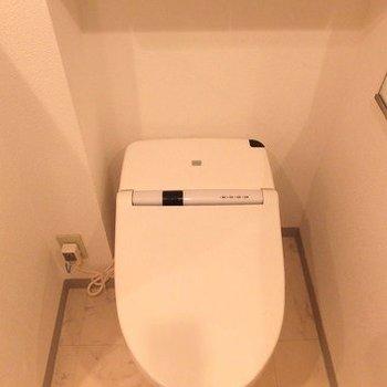 ウォシュレット付き、スマートなトイレです。※写真は11階の同間取り別部屋のものです
