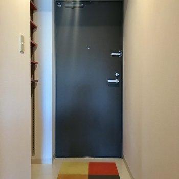 床がカラフルな玄関