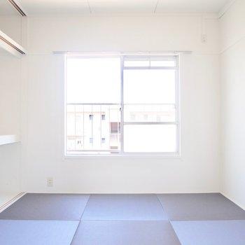 東側の和室と同じグレーの畳。