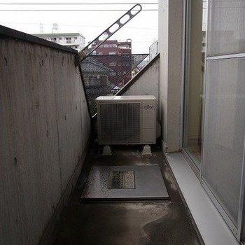 外に洗濯機置場があります。※写真は3階の反転間取り別部屋のものです