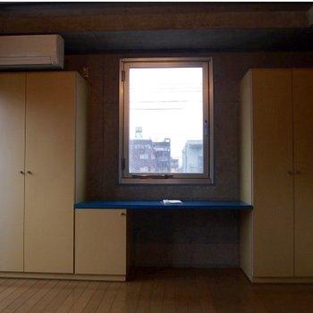 作り付けのデスクです。※写真は3階の反転間取り別部屋のものです