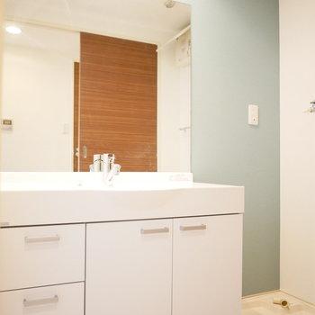 洗面台も1人暮らしのお部屋のものとは思えない!※写真は8階の同間取り別部屋のものです