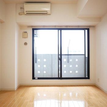 内装は明るくシンプル。天井がやや高めです◎※写真は8階の同間取り別部屋のものです