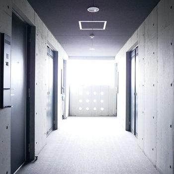 共用廊下もクールなデザイン