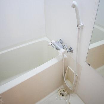 浴室はシンプルだけど清潔感◎※写真は8階の同間取り別部屋のものです