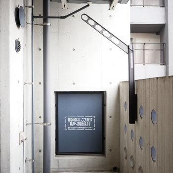 ベランダ。外観からもわかるようにコンクリート打ちっぱなしでかっこいい※写真は8階の同間取り別部屋のものです