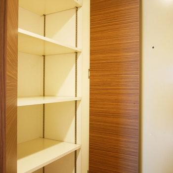 こちらの収納は可動棚。反対側の収納はシューズクローゼットになっています※写真は8階の同間取り別部屋のものです