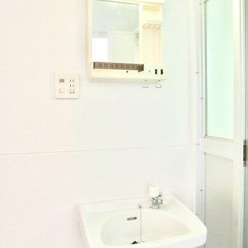 もう1つの洗面台はレトロな風合い。