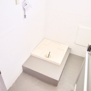 元お風呂場だった洗濯機置き場。とってもひろびろ〜