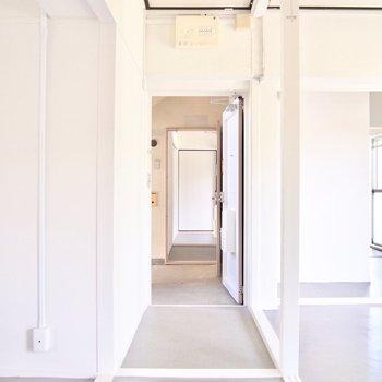 玄関を通って向かいの部屋にもいけますよ。