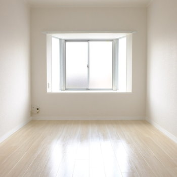ベッドルームには出窓あり※写真は3階の似た間取り別部屋のものです