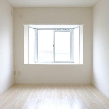 ベッドルームには出窓あり