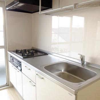 キッチンは3口グリル付き※写真は3階の似た間取り別部屋のものです