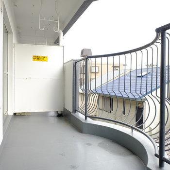 バルコニーの柵が可愛いですね※写真は3階の似た間取り別部屋のものです