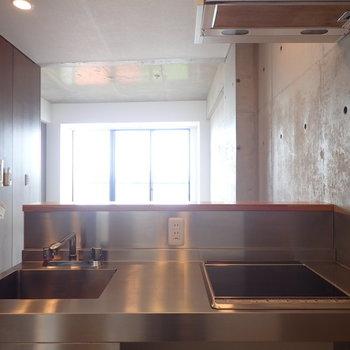 キッチンからの眺めもよし。※写真は9階の同間取り別部屋のものです