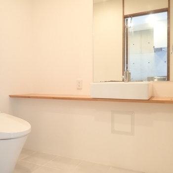 洗面台はシンプルでかわいい。※写真は9階の同間取り別部屋のものです