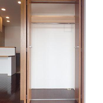 収納はここだけなのでやや小さめ。※写真は9階の同間取り別部屋のものです