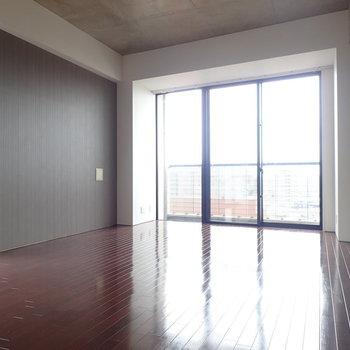 窓が大きくて気持ちがいい。※写真は9階の同間取り別部屋のものです