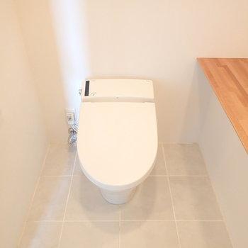 タンクレスのスマートトイレ。※写真は9階の同間取り別部屋のものです
