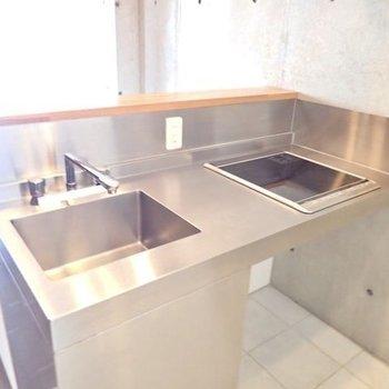 ステンレスのスタイリッシュなキッチン。IH2口です。※写真は9階の同間取り別部屋のものです