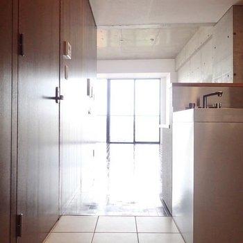 玄関、水回り、キッチンの床はタイルです。よき。※写真は9階の同間取り別部屋のものです