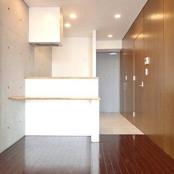 コンクリ×カウンターキッチン!※写真は9階の同間取り別部屋のものです