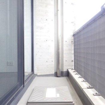 バルコニーもちょうどいいサイズ感。※写真は9階の同間取り別部屋のものです