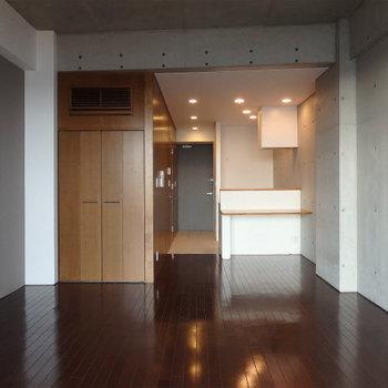 コンクリうちっぱなしの天井と壁※写真は9階の同間取り別部屋のものです