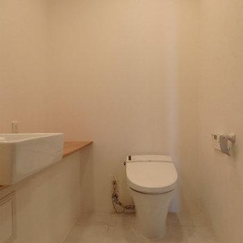 脱衣所にトイレがあります。※写真は9階の同間取り別部屋のものです