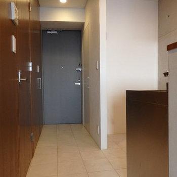 キッチンまでタイルを敷いています。キッチンは土足で使うこともできますね※写真は9階の同間取り別部屋のものです