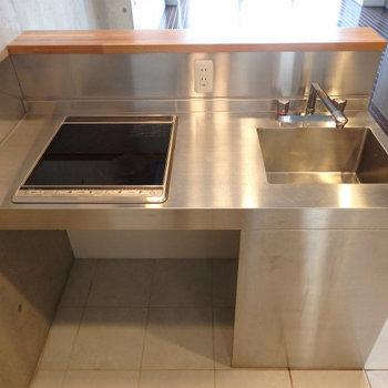 IH2口のスタイリッシュキッチン。カウンタータイプです※写真は9階の同間取り別部屋のものです