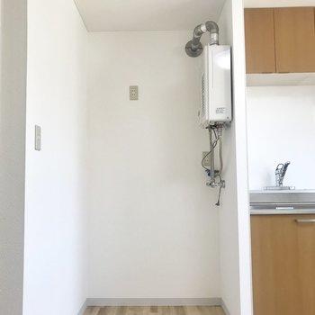 キッチン横のスペースには洗濯機を