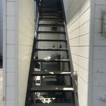 この階段を登ってお部屋へ