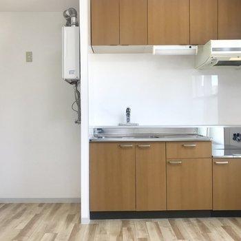 茶色のキッチンが映えるお部屋