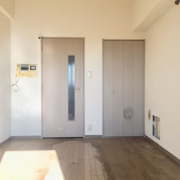 ドアの木材の色、いいなあ。※写真は11階の同間取り別部屋、クリーニング前のものです