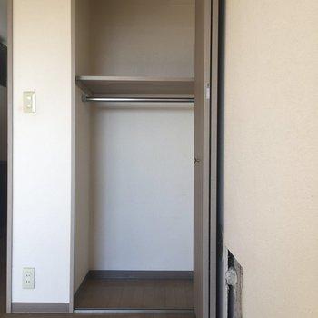 ドアの横に収納2。ハンガーラックがあるから、こちらにお洋服かな。※写真は11階の同間取り別部屋、クリーニング前のものです
