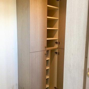 たくさん靴が入りそうです。※写真は11階の同間取り別部屋、クリーニング前のものです
